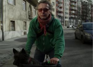 Ahogy a kerékpárjait, úgy Gertrúdot is az interneten találta